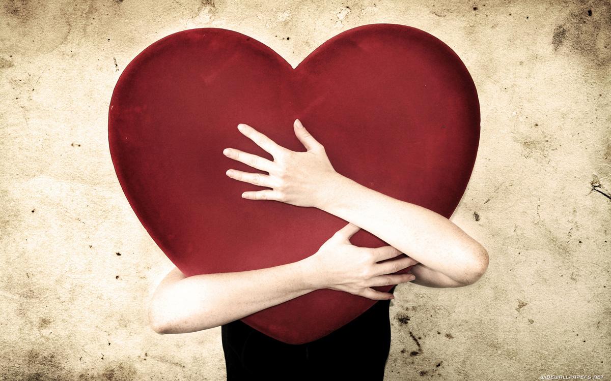 Auguri San Valentino 2017 cuore abbraccio